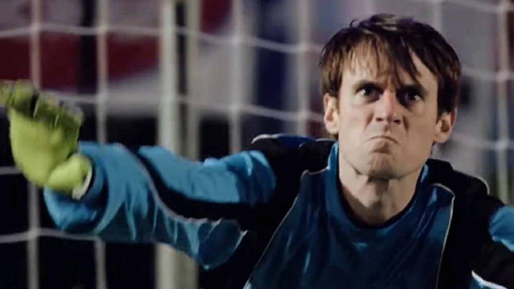 Scott Sterling Ibarat FIFA Auto Block, Lelaki Ini Disepak Bertalu-Talu